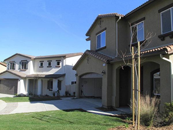 据CoreLogic周二(18日)发布数据,南加7月房屋销售量达到了9年来新高,房屋中位价格较去年同期上涨5.5%。图为圣盖博谷某待售新屋。(刘菲/大纪元)