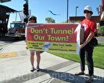 图:抗议710隧道的阿市居民Elizabeth Sesztak(左)和Janet Ervin。(刘菲/大纪元)