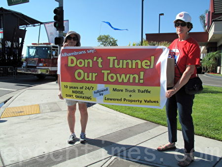 圖:抗議710隧道的阿市居民Elizabeth Sesztak(左)和Janet Ervin。(劉菲/大紀元)