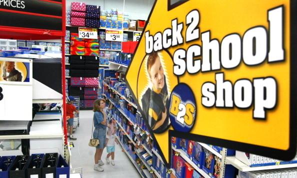 「返校季」開始,家長為孩子準備學習用品。(Tim Boyle/Getty Images)