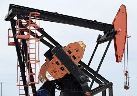 西德州油价跌破50美元/桶,专家认为许多美国小型且负债高的页岩油业者未来一年恐将陆续倒闭。(JUAN MABROMATA/AFP/Getty Images)
