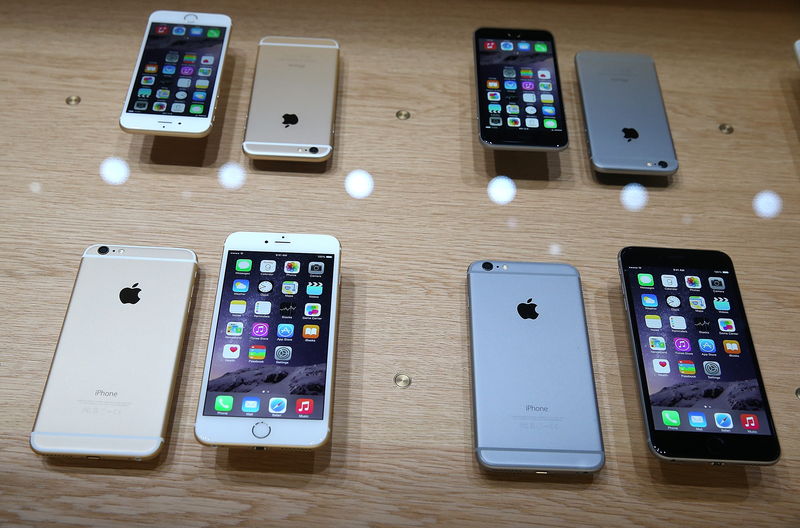 三星旗舰机型Galaxy Note 7爆炸风波未平,苹果iPhone 6/6 Plus频繁死机遭美加两国用户集体提诉,再有一学生的牛仔裤被iPhone 6 Plus炸出洞。(Justin Sullivan/Getty Images)