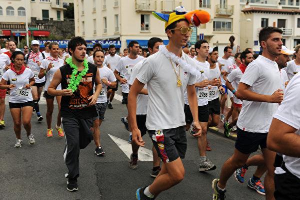 2015年7月29日,法国第79届巴约纳节,人们参加赛跑。(GAIZKA IROZ/AFP)