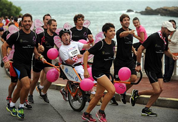 2015年7月29日,法国第79届巴约纳节,人们参加趣味竞赛。(GAIZKA IROZ/AFP)