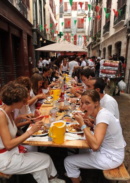 2015年7月29日,法国第79届巴约纳节,人们在享受午餐。(GAIZKA IROZ/AFP)