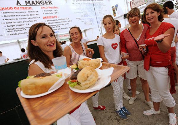 2015年7月29日,法国第79届巴约纳节美食。(GAIZKA IROZ/AFP)