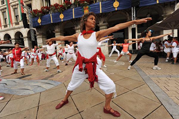 2015年7月30日,法国第79届巴约纳节,人们在市政厅前广场表演传统的瑜伽。(GAIZKA IROZ/AFP)