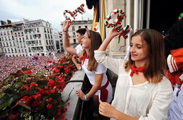 2015年7月30日,法国第79届巴约纳节,年轻的姑娘们从市政厅的阳台抛出钥匙。(GAIZKA IROZ/AFP)