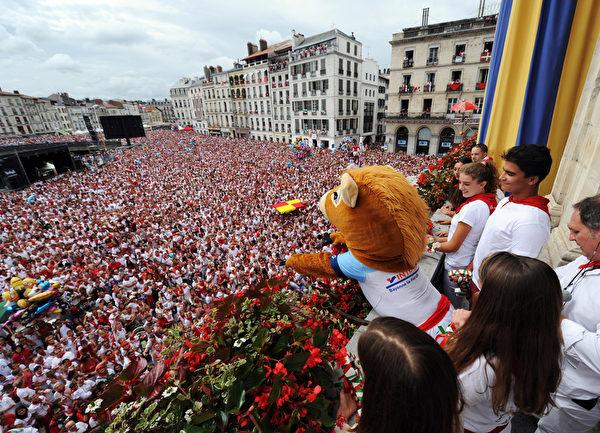 2015年7月30日,法国第79届巴约纳节的盛大游行活动。(GAIZKA IROZ/AFP)