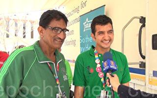 巴基斯坦篮球教练员坦弗(Syed Tanver,左)与重获听力的篮球队员塔穆(Waheed Tahmo)。(薛文/大纪元)
