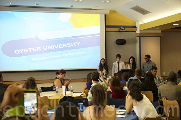 劉安妮在佩斯大學暑期設計班上演示自己的設計。(施萍/大紀元)