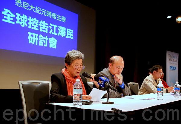 法輪功學員張鳳英(左一)表示,為早日結束對上億法輪功學員的迫害,更為了使中華民族不淪陷於道德崩潰的泥潭,對江澤民的審判是十分必要的。(摄影:何蔚/大纪元)