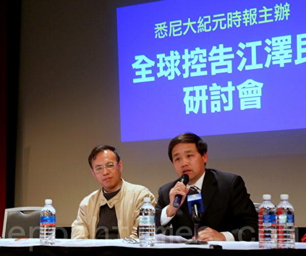 從事歷史教育多年的原北京首都師範大學副教授(右)從中國和古羅馬歷史的角度講述了善惡有報與12萬人訴江的因果關係。(摄影:何蔚/大纪元)