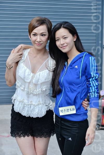 文詠珊與戲中飾演其母親的余安安合照。(宋祥龍/大紀元)