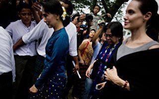 2015年8月1日,安吉丽娜.朱莉在缅甸反对派领袖昂山素季陪同下,与仰光一家饭店的女工见面。(Ye Aung Thu/AFP/Getty Images)