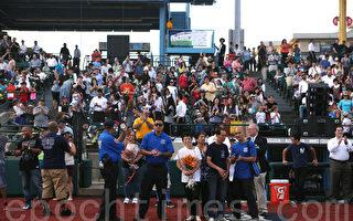 8月3日,布碌崙举办警民棒球赛,现场坐满了各族裔的观众,人们兴致勃勃观看比赛。刘文健父母、拉莫斯的太太和小儿子到场。(杜国辉/大纪元)