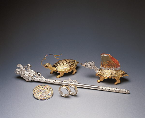 圖為李正勳的作品金龜、龍龜(右,為龍頭龜身)、龍簪等。(圖片由本人提供)
