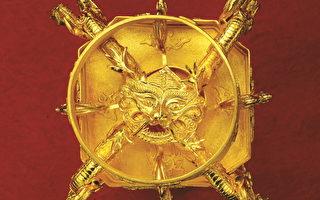 韓國珠寶界名匠李政勳歷時四年打造的「魚躍龍門」純金筆筒底座,寓意深遠,在設計上採用只有中國古代皇帝的龍袍上才有資格繡上的12種圖案,象徵著中國。(圖片由本人提供)
