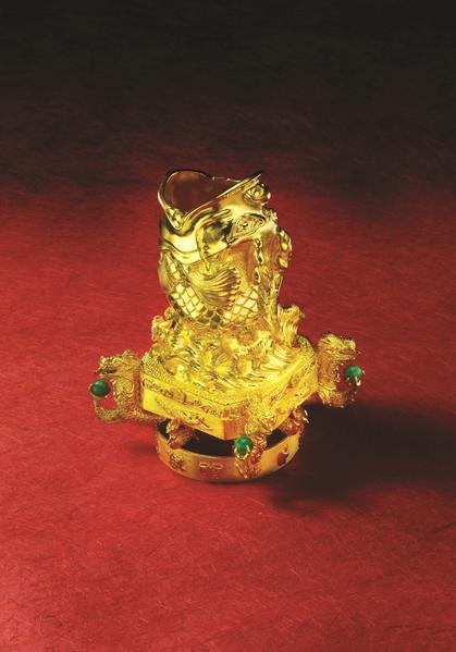 韓國珠寶界名匠李政勳歷時四年打造的「魚躍龍門」純金筆筒。含金量首次達到四個9(99.99%)。(圖片由本人提供)