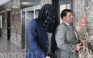 布拉什澤克以布蒙面出入法院,旁邊是他的律師。 (杜國輝/大紀元)