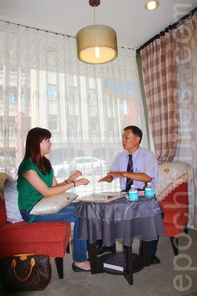 隆美仁德門市店長黃振財(右)全心幫客戶挑選合適窗簾,場景很舒服的 感覺。(賴友容/大紀元)