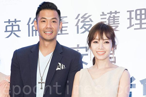 艺人陈建州(黑人)(左)、侯佩岑(右)8月6日在台北出席开幕活动。(陈柏州/大纪元)