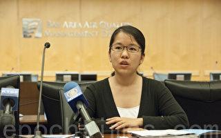 8月5日,灣區空氣質量管理局代表、資深工程師蔡旭娜(Xuna Cai)在向華人社區介紹如何減輕污染及注意自身的防護。(周鳳臨/大紀元)