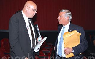 星期三(8月5日)的候选人辩论结束后,弗里德里奇(左)与州众议员大卫‧魏普林(David Weprin,右)在一起交谈。(钟鸣/大纪元)