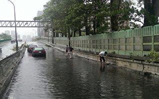 建国高架积水回堵  民众清排水孔脱困