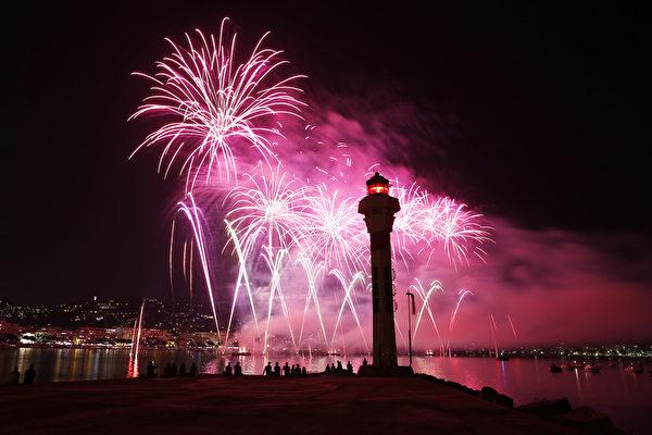 8月7日,在法国戛纳海滨大道上举行的烟火艺术节,烟花照亮夜空,绚丽夺目。(VALERY HACHE/AFP)