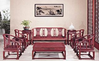 雅致的皇宫椅适合客厅使用,由酸枝木所制作,散热性好还有提神的清香味道。(圣荷西红木家具提供)