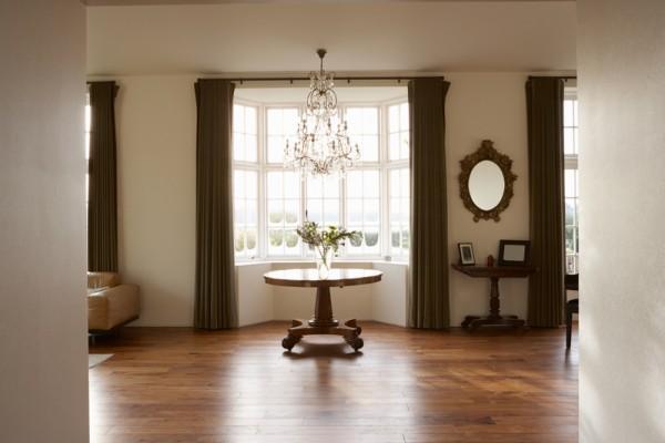 图说:两个窗户之间用镜子点缀,增加空间的协调感。(Fotolia)