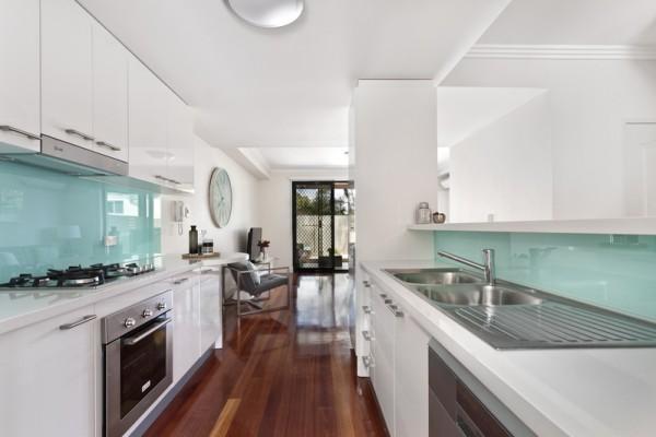 图说:厨房洗手槽后方墙上用镜子或毛玻璃,都能营造明亮感受。(Fotolia)