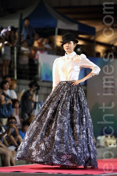 由12位今年入選的「韓國小姐」表演的水上韓服時裝秀,再現了傳統韓服之美。(全宇/大紀元)