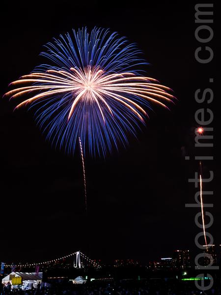 东京湾每年夏季的华丽烟火大会1万多发华丽烟火绚丽升空,把东京湾空装点得五彩缤纷。吸引70万游人观赏,成为了东京湾夏季的风物诗。(张浩/大纪元)