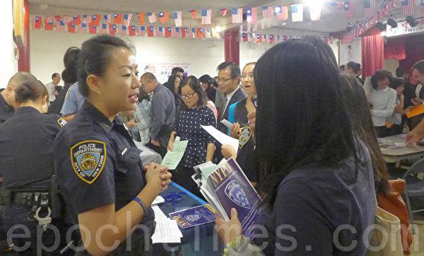 市警察局等招聘攤位也都吸引不少應聘者。(蔡溶/大紀元)