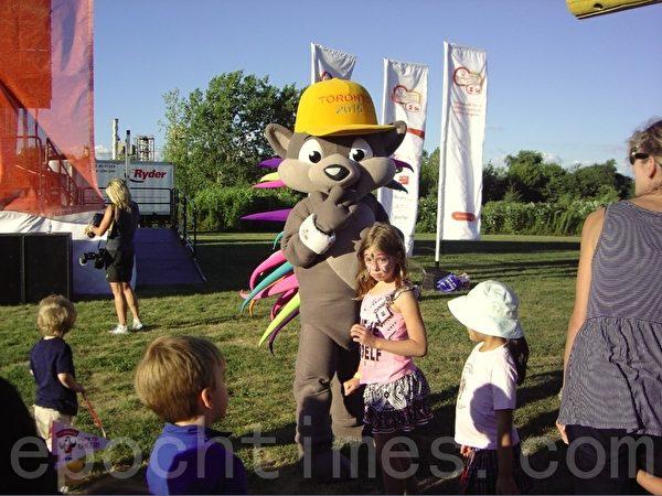 泛美残运会的吉祥物柏志友好地和人们互动,它是小朋友争相合影的对象。(李文笛/大纪元)