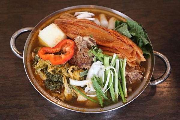 酸菜土豆排骨湯(謝凌/大紀元)