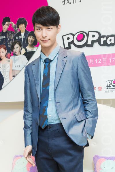 艺人严爵8月11日在台北出席公益演唱会记者会。(陈柏州/大纪元)