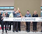 Living Spaces的CEO格罗佛·格斯尔曼为菲力蒙新店剪彩。(李圆明/大纪元)
