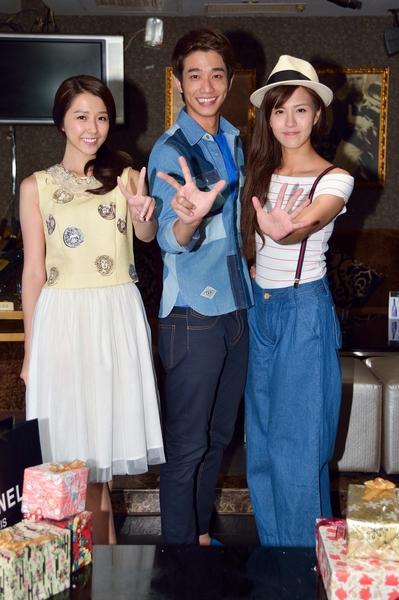 (左起)演員邵雨薇、劉以豪、魏蔓三人開心慶功。(三立提供)