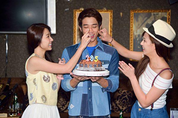 頑皮的魏蔓、邵雨薇將蛋糕抹在劉以豪的臉上。(三立提供)