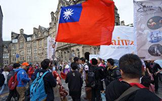 英國愛丁堡藝穗節展開,台灣表演藝術演出吸睛,受到各國民眾喜愛,中華民國國旗也在愛丁堡街頭飄揚。(文化部提供)