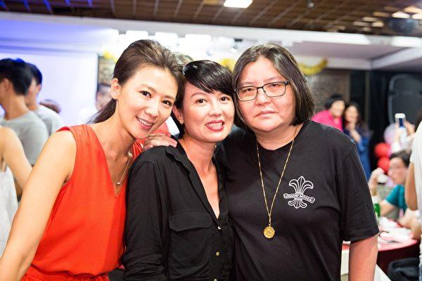 導演邱瓈寬(右)與苗可麗、連靜雯。(公關提供)