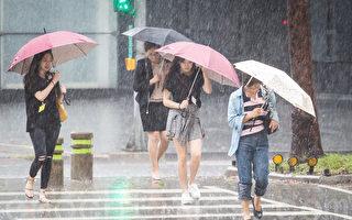 台灣中央氣象局天氣預測,6月1日由於鋒面接近及西南風增強影響將有局部大雨或豪雨發生的機率。(大紀元資料庫)