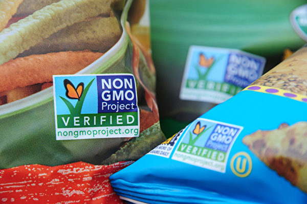 零食上的非轉基因(non-GMO)標識。(ROBYN BECK/AFP/Getty Images)
