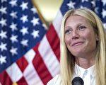 圖為2015年8月2日,奧斯卡影后格溫妮絲‧帕特洛在華府國會山的會議上發言,敦促對含轉基因成分食品做強制性標籤要求。(PAUL J. RICHARDS/AFP/Getty Images)