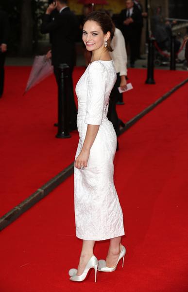 """2015年8月11日,扮演""""三小姐""""的莉莉‧詹姆斯于BAFTA颁奖礼。(Tim P. Whitby/Getty Images)"""