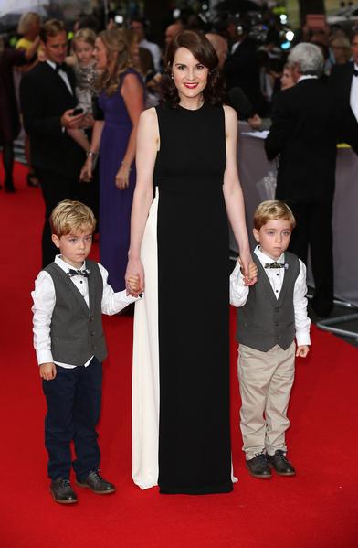 2015年8月11日,米歇尔‧道克瑞与接力分饰她儿子的双胞胎扎克和奥利弗合影于BAFTA颁奖礼。(Tim P. Whitby/Getty Images)