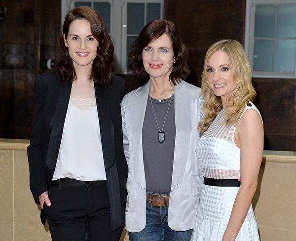 2015年8月13日,《唐顿庄园》剧组在伦敦举办杀青记者会,(左起)三位女主角米歇尔‧道克瑞、伊丽莎白‧麦戈文和琼安‧弗洛加特合影。(Anthony Harvey/Getty Images)